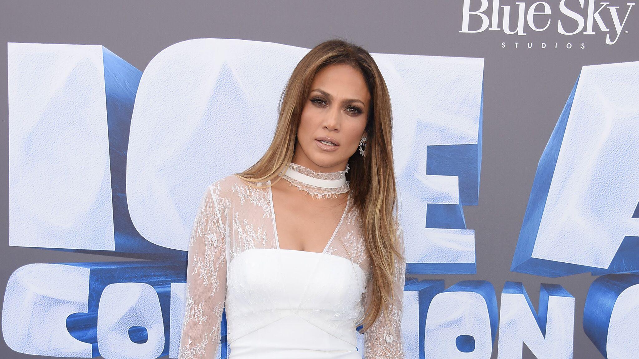 bec0e8af931 PHOTO Jennifer Lopez   sa tenue d anniversaire à la fois sexy et étrange -  Voici