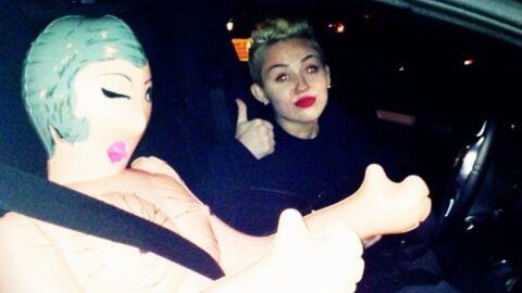 PHOTOS L'étrange Noël de Miley Cyrus avec une poupée gonflable