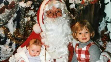 Devinette – Quelle star se cache derrière le visage de cette fillette assise à gauche du Père Noël?