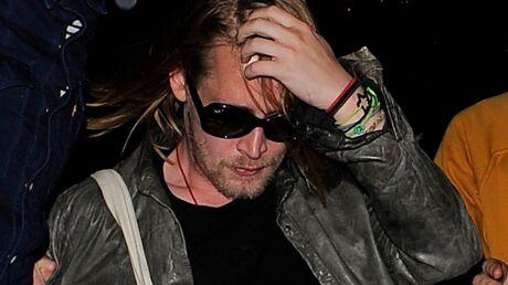 Macaulay Culkin, arrosé de bière, quitte la scène d'un concert sous les huées