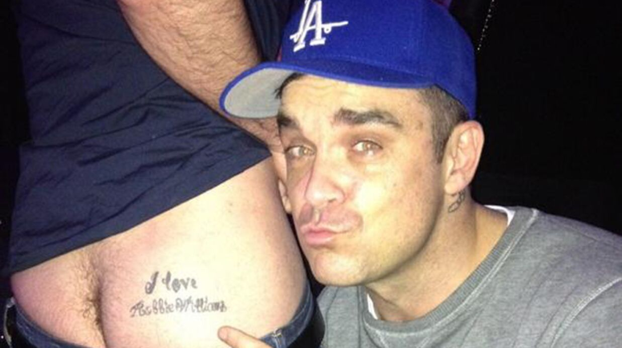 PHOTO Robbie Williams se prend en photo avec les fesses d'un fan