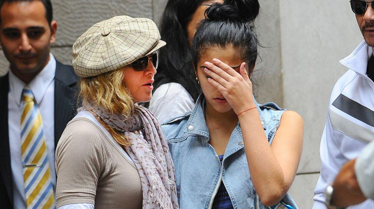 Lourdes en pleurs, consolée par Madonna