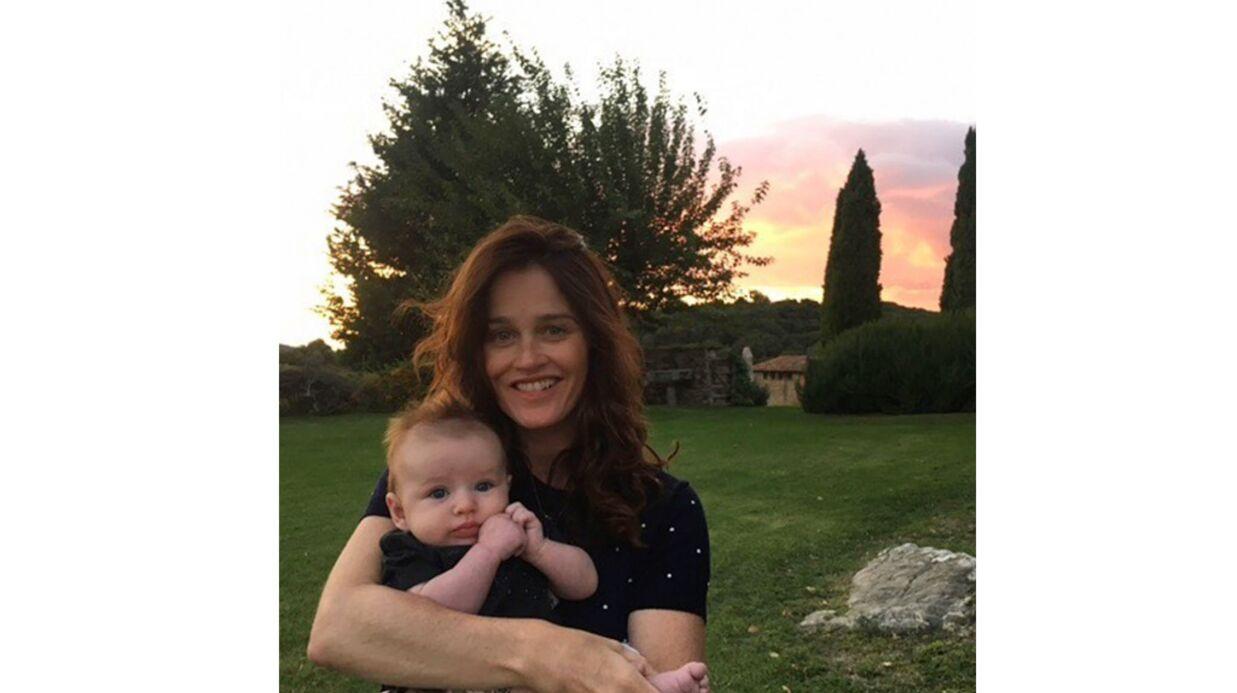PHOTO Robin Tunney, la star de Mentalist, prend la pose avec son fils et il est TROP mignon!