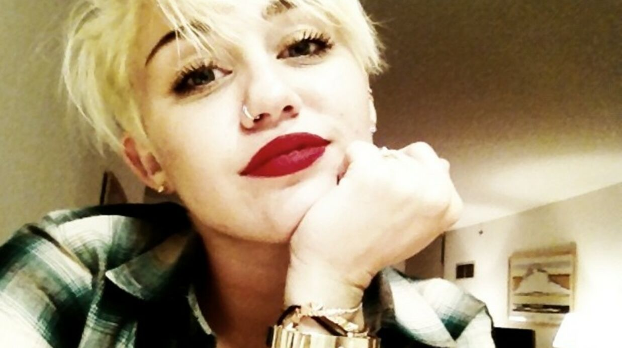 Miley Cyrus embrasse une copine sur la bouche
