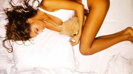 photo-nabilla-hyper-sexy-et-a-moitie-nue-dans-son-lit
