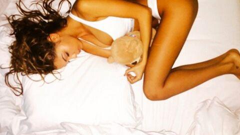PHOTO Nabilla hyper sexy et à moitié nue dans son lit