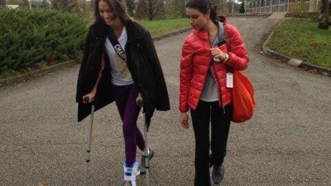 Miss France 2013: une prétendante blessée, elle est en béquilles