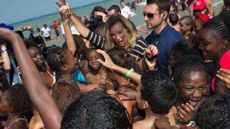 DIAPO Valérie Trierweiler s'éclate à la plage avec des enfants
