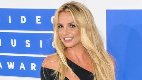 Britney Spears affiche son corps de déesse en maillot de bain sur les épaules de son mec