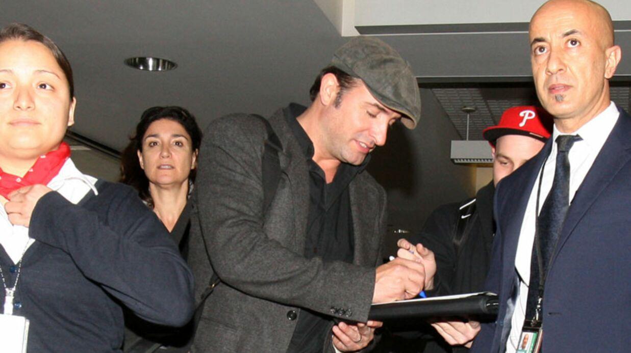 PHOTOS Jean Dujardin assailli par les fans à son départ de L.A.