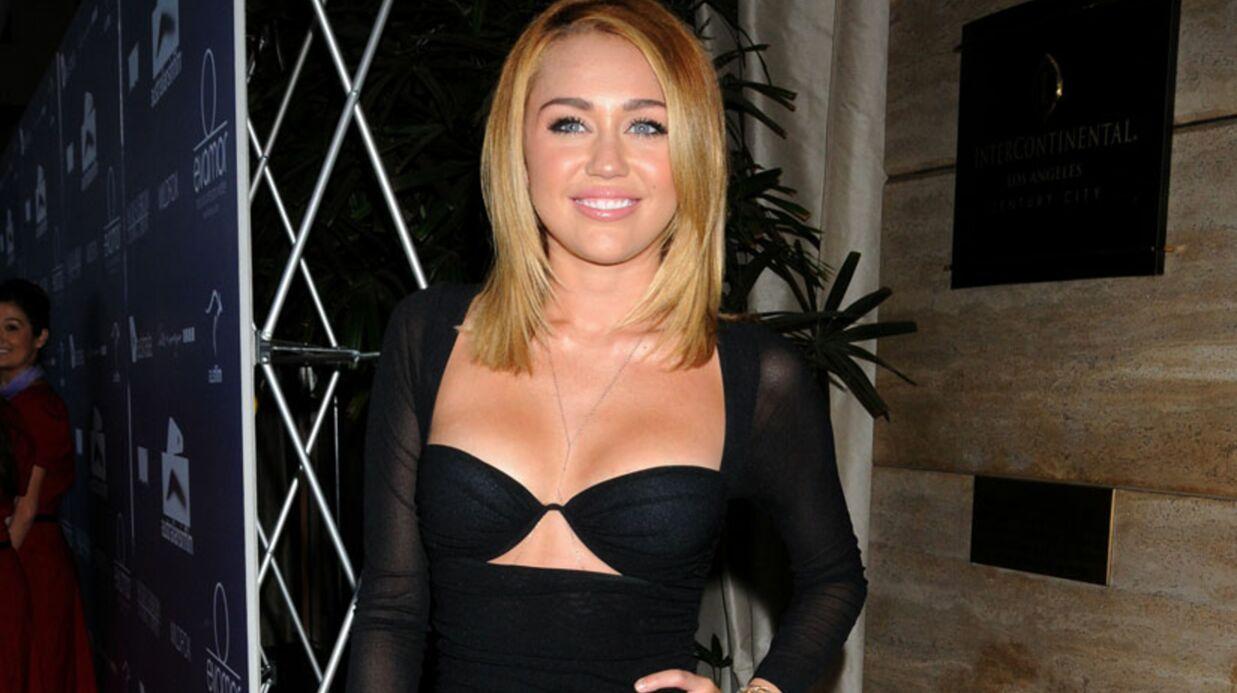 LOOK Miley Cyrus ose le soutien-gorge sur le red carpet