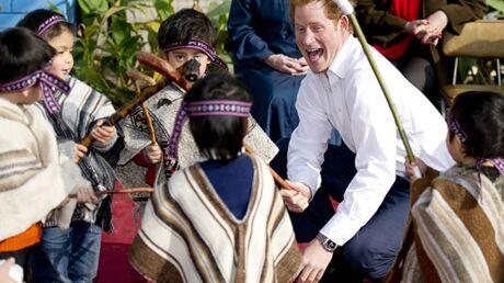 DIAPO Le Prince Harry fait le pitre pour amuser les enfants chiliens