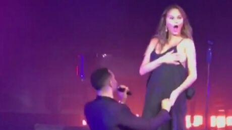 John Legend fait monter sur scène Chrissy Teigen, qui dévoile un sein