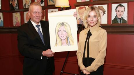 PHOTOS Sienna Miller pose avec sa caricature à Broadway