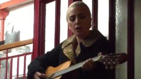 VIDEO Lady Gaga chante dans les rues de Paris avec ses fans