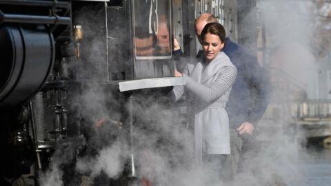PHOTOS Kate Middleton et William: leur train s'arrête sur un pont, ils en descendent malgré la fumée