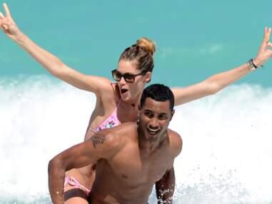 Doutzen Kroes en plein shooting sur la plage de Miami avec son mari