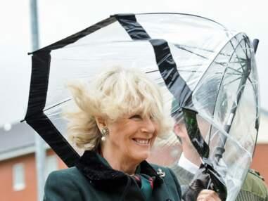 Camilla Parker-Bowles se bat contre un parapluie
