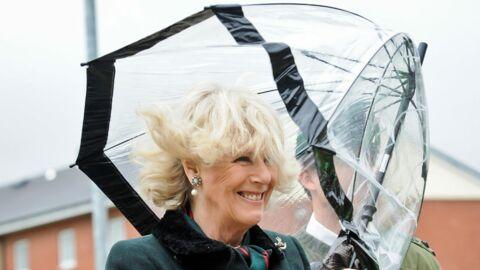 DIAPO Camilla Parker Bowles se bat contre un parapluie