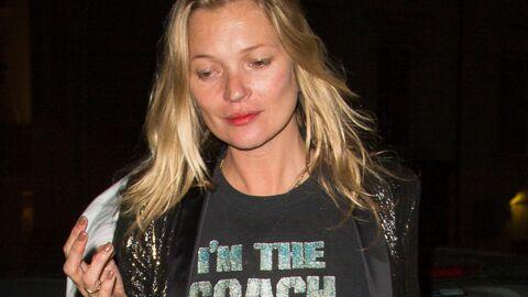 Ivre et sans billet, Kate Moss embarque tant bien que mal sur un vol low cost