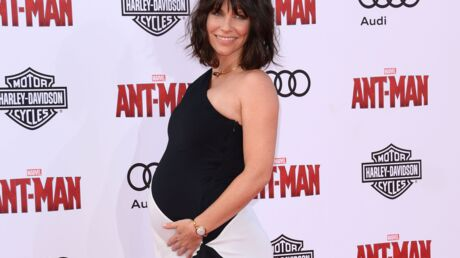 Evangeline Lilly (Lost) attend un deuxième enfant et le montre sur le tapis rouge
