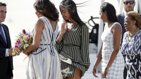 PHOTOS Piégées par le vent à la descente de l'avion présidentiel, Michelle Obama et ses filles galèrent