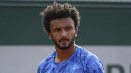 Le tennisman français Maxime Hamou embrasse de force une journaliste en direct