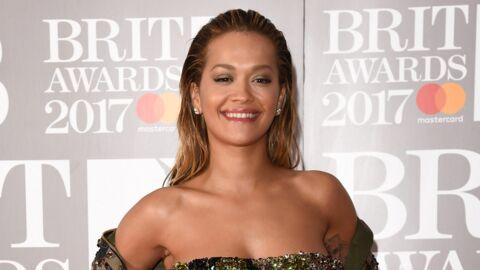 PHOTO Rita Ora affiche sa poitrine avec un haut complètement transparent