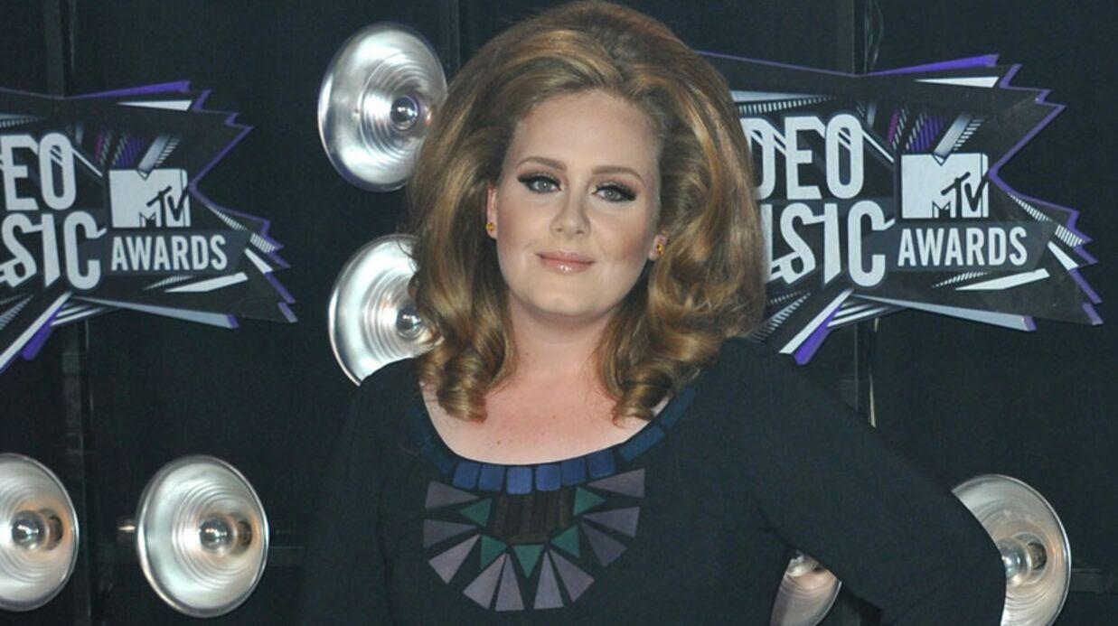 Opérée, Adele doit parler à l'aide d'une machine