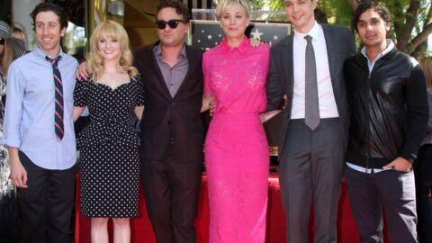 Kaley Cuoco entourée des acteurs de The Big Bang Theory pour recevoir son étoile