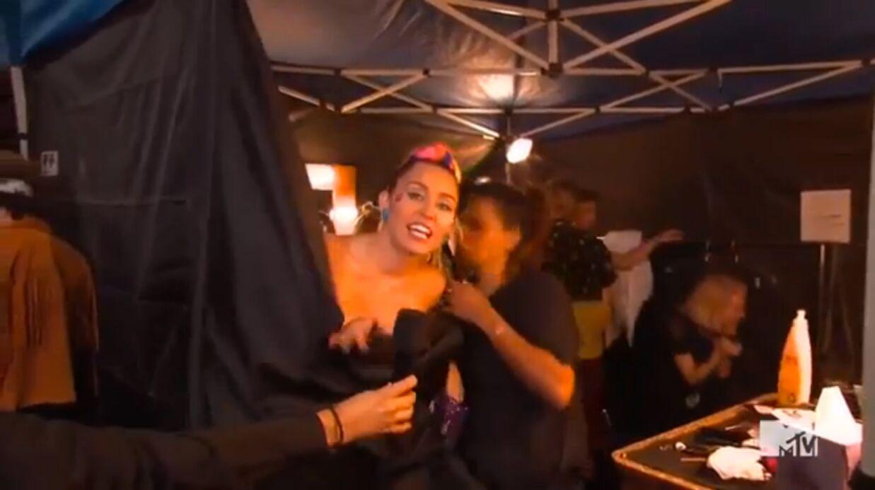 VIDEO Miley Cyrus montre un sein par accident pendant les MTV Video Music Awards 2015