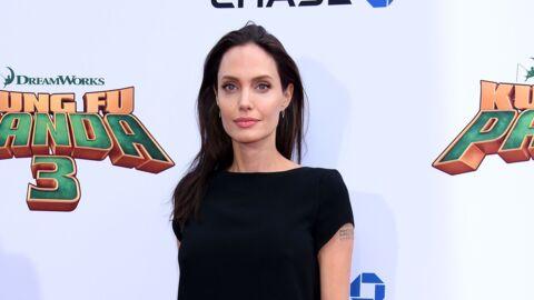 Angelina Jolie achète un ours en peluche 100$ à des enfants au bord de la route