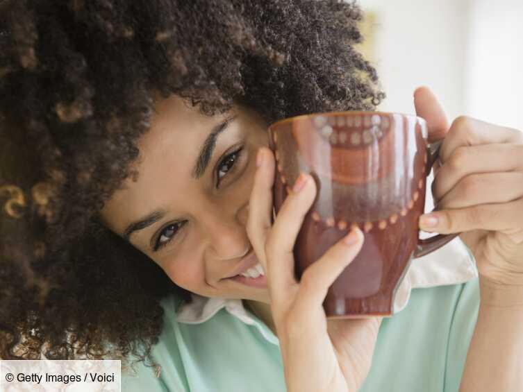Hygiène : cette astuce géniale pour enlever les taches de café et de thé dans une tasse