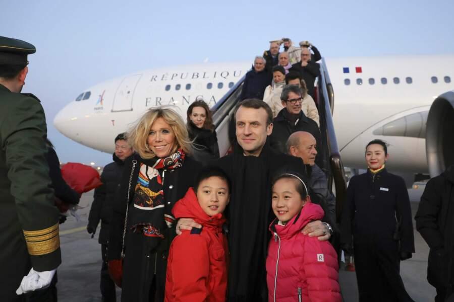 Emmanuel Macron et Brigitte Macron à la sortie de l'avion à Pékin