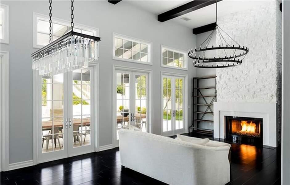 Visitez la superbe villa que Kylie Jenner met en vente : le salon avec sa cheminée