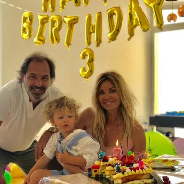 Tom entouré de ses parents Ingrid Chauvin et Thierry Peythieu pour ses 3 ans