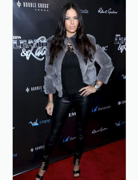 Avec ses leggings en cuir, Adriana Lima a préféré rester au chaud