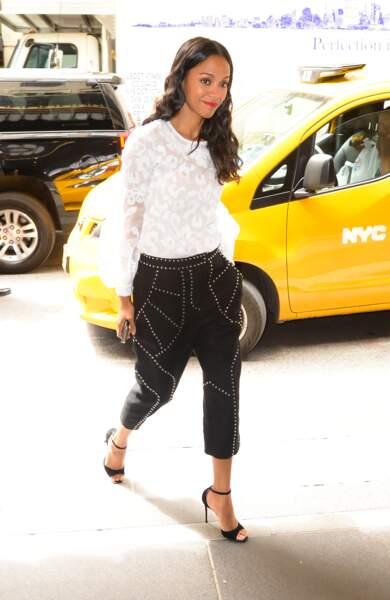 Zoe Saldana a 40 ans : en pantalon à clous