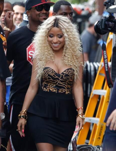 Nicki Minaj fait un peu patronne de maison close dans son bustier trop petit... Dommage.