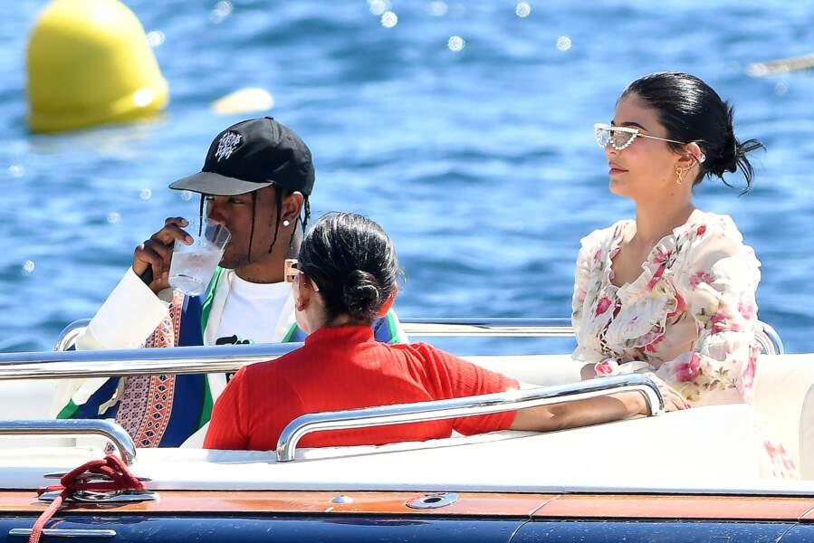 Kylie Jenner et son compagnon Travis Scott se rendent à l'hôtel du Cap-Eden-Roc avec leur famille pour déjeuner
