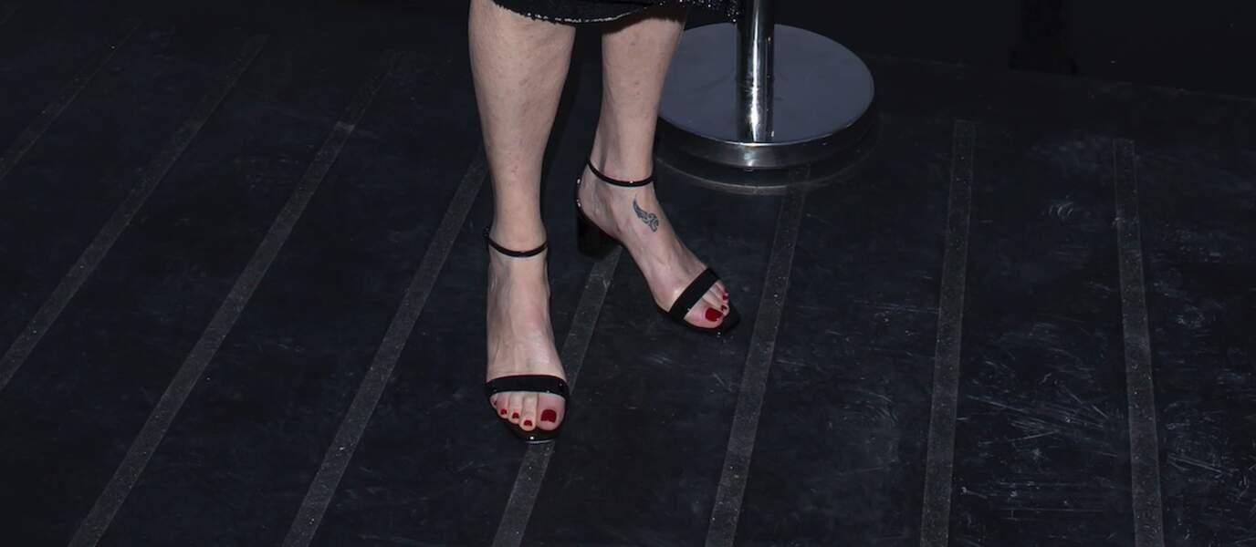 La tatouage de Catherine Deneuve au défilé Saint Laurent à la fashion week de Paris, le 25 septembre