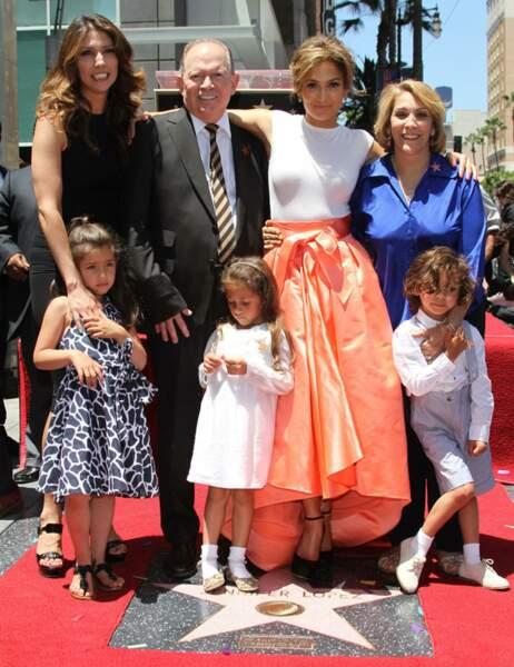 Jennifer Lopez, son père, sa mère, sa soeur, sa nièce et ses enfants