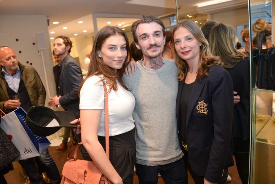 Paloma Coquant et Guillaume Sanchez posent avec une amie à la boutique Carte d'or