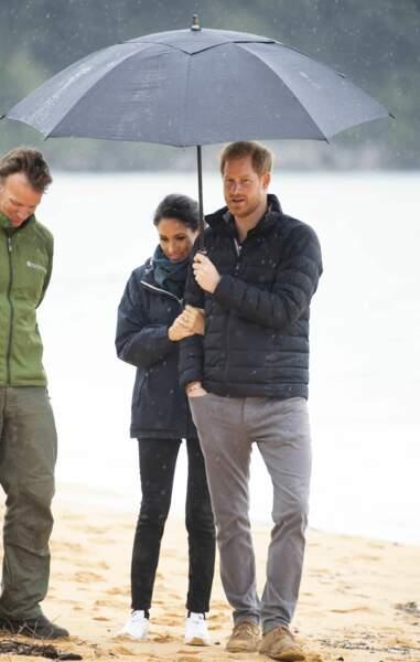 Meghan Markle et le prince Harry complices sous le même parapluie