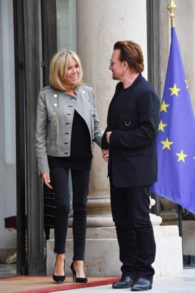 Brigitte Macron en pantalon ajusté et escarpins noirs