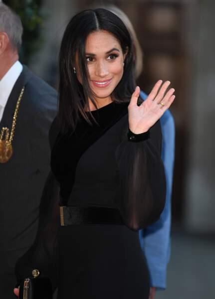 Meghan Markle est apparue en robe noire fendue au milieu signée Givenchy.