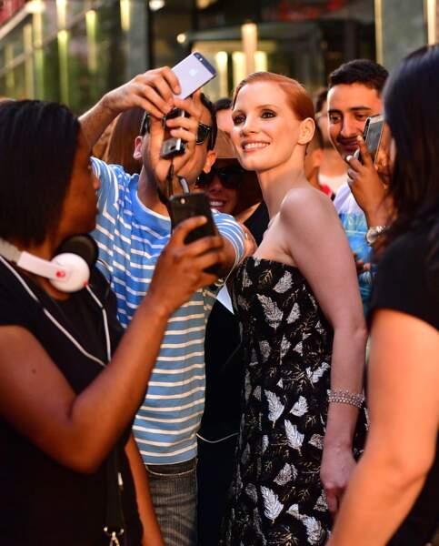 CFDA Fashion Awards : l'actrice Jessica Chastain a pris le temps d'aller faire des photos avec les fans