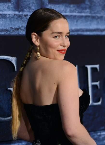 Emilia Clarke soigne le moindre détail... jusqu'aux paillettes sur sa peau