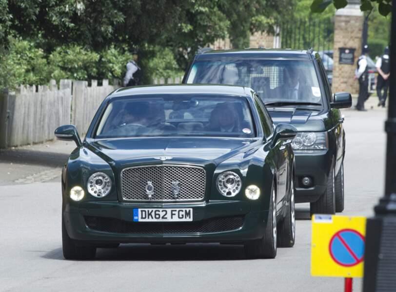 Escortée par une autre voiture, elle a sorti sa Bentley verte pour l'occasion