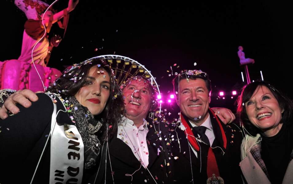 Gégé pose fièrement à côté de la reine du Carnaval